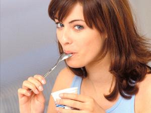 Las personas que comen yogur tienen una dieta más saludable